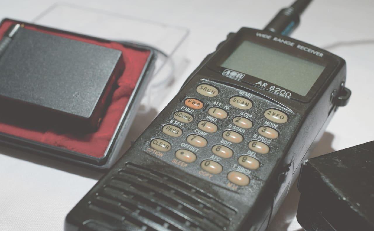 盗聴器発見調査で使う盗聴器と受信機